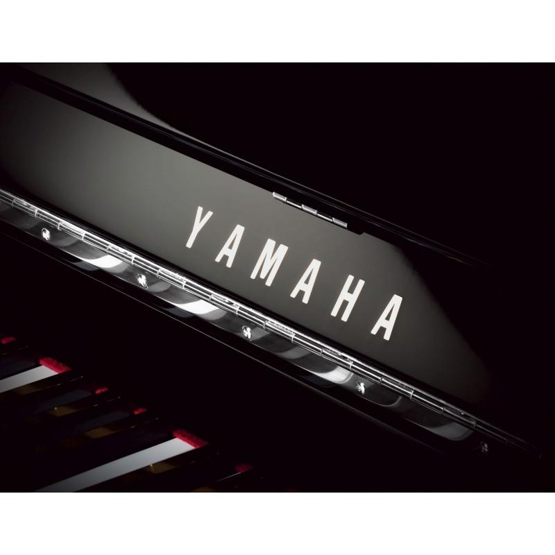 Finition noir et Chrome sur le Piano droit Yamaha B1