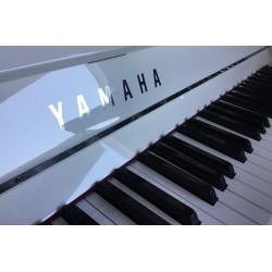 PIANO DROIT YAMAHA P121 121cm Blanc Brillant Chrome
