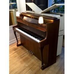 Piano SCHIMMEL droit 112/9 Chippendale avec 2 lampes noyer