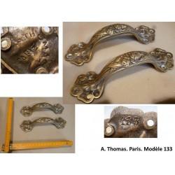 Paire de poignées en bronze. A. Thomas, Paris, Modèle 133