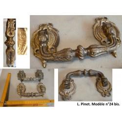 Paire de poignées en bronze. L. Pinet, n°24 bis