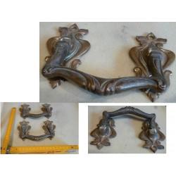 Paire de poignées en bronze.